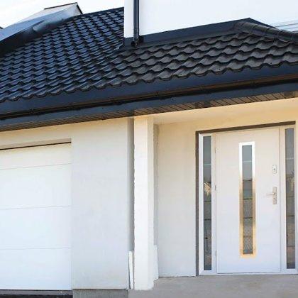 M12 durvis, baltas, 2x daļēji matētu stiklu sānu paneļi