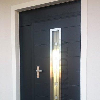 M12 C durvis, antrac, viens sānu viens augšējais pildītais panelis.