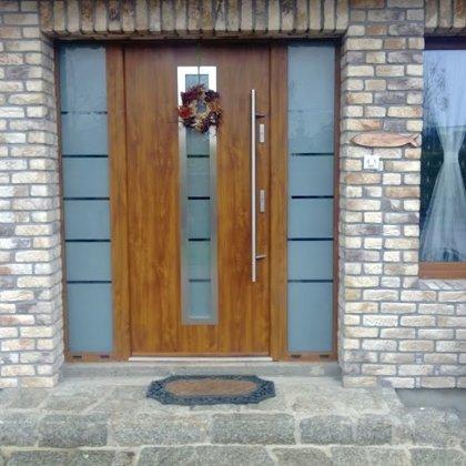 M12 durvis, zelta ozols, pap.fiks.rokturis, 2x daļēji matētu stiklu sānu paneļi