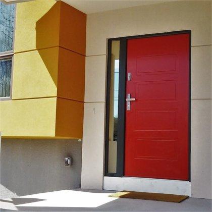 M13 durvis, krāsotas pēc RAL kataloga, ar vienu sānu REFLEX stikla paneli