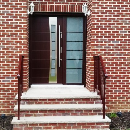 M37 durvis, mahagona, ar papildu fiksēto rokturi, ar daļēji matēta stikla sānu paneli